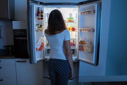 buzdolabına bakan kadın