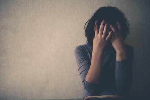 suratını saklayan üzgün kadın