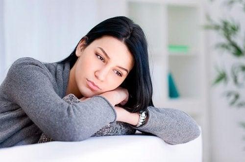 oturan düşünceli kadın
