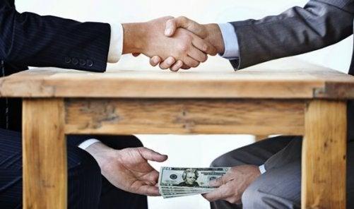 masa altından el değiştiren para