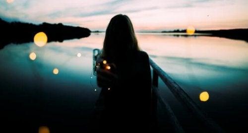 gölün kenarındaki kadının gölgesi
