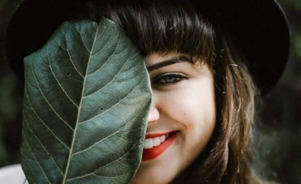 Gülümseyen kız