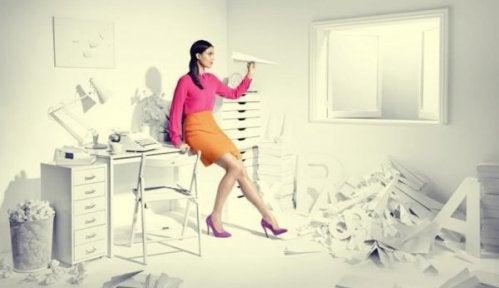 işlerini erteleyen kadın
