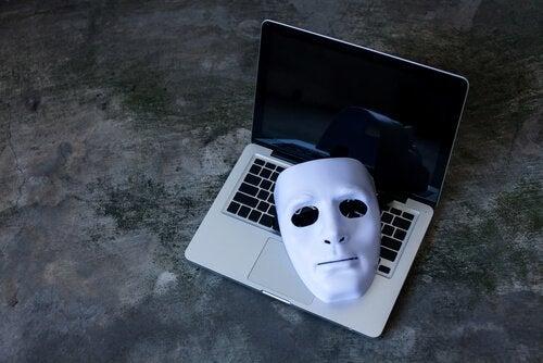 laptop üzerinde maske