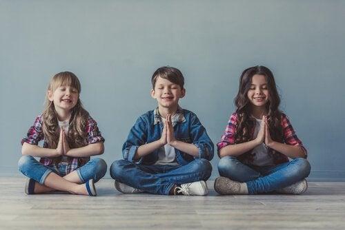 meditasyon yapan çocuklar
