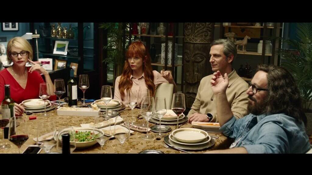 Masada akşam yemeği yiyen insanlar