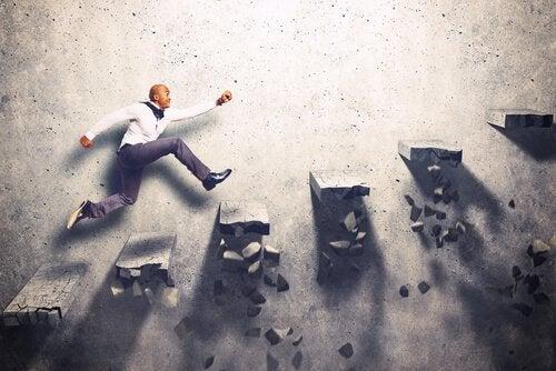güdü ve motivasyon ve basamakları tırmanan adam