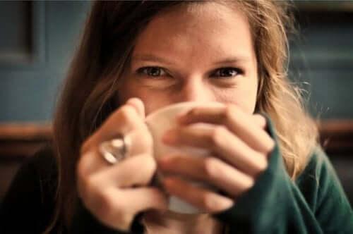 çay içen mutlu kadın