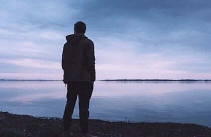 denize karşı duran adam