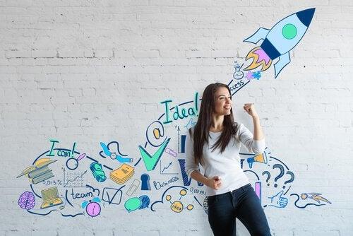 duvardaki yazıların önünde duran kadın