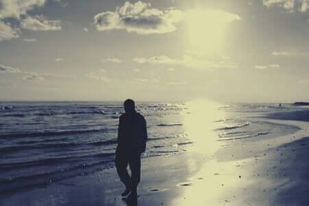 Plajda yürüyen adam