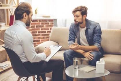 terapisti ile konuşan adam