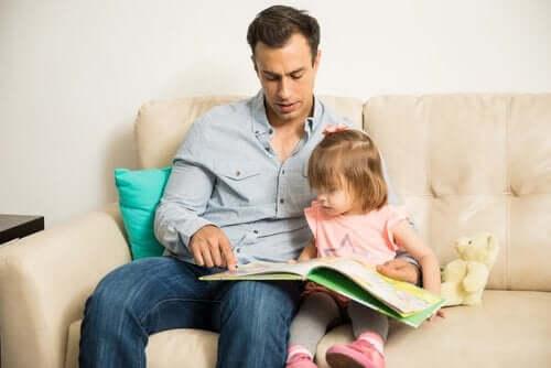 kitap okuyan baba kız