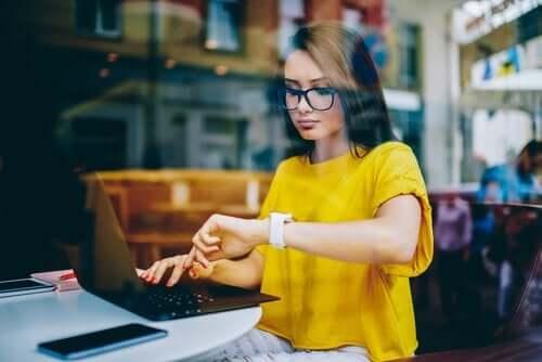 çalışan kadın saatine bakıyor ve duygusal maaş