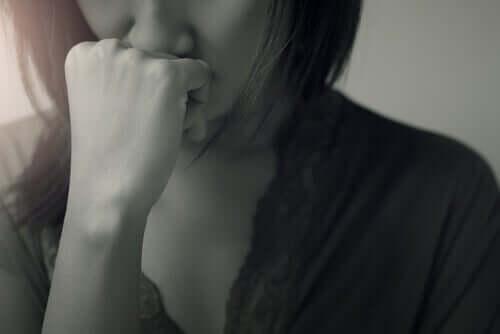 eli çenesinde endişeli kadın