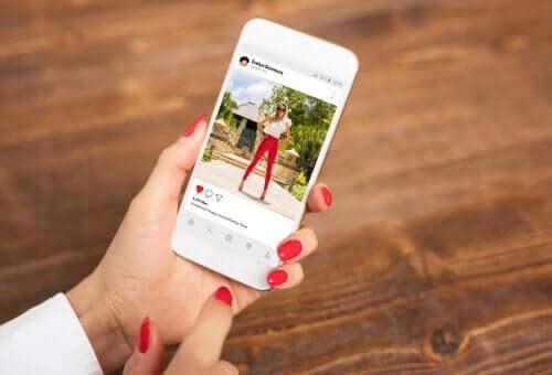 instagram hesabında kırmızı pantolonu olan kadın