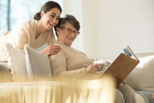 bakıcısıyla kitap okuyan kadın