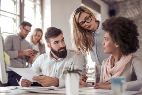 çalışanlar iş yerinde mutlu ve duygusal maaş