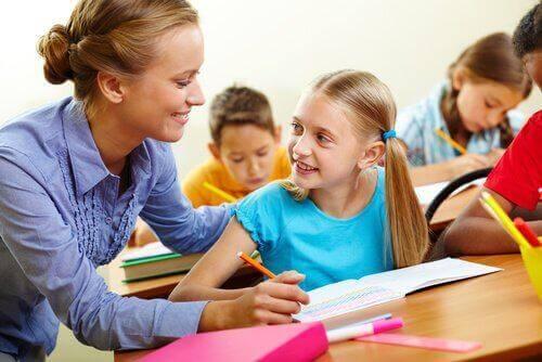 öğrencisine yardım eden öğretmen