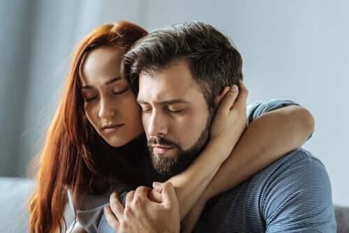 sarılan çift ve aşkta bencillik