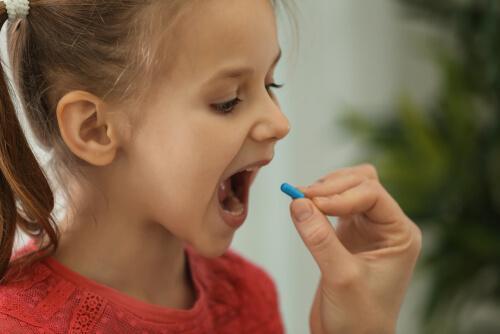 İlaç alan bir kız çocuğunun fotoğrafı.