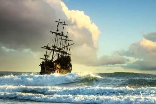 Dalgalı bir denizde bir gemi.