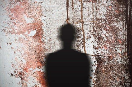 Duvara yansıyan bir insan gölgesi.