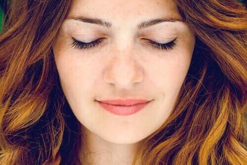 gözleri kapalı kadın