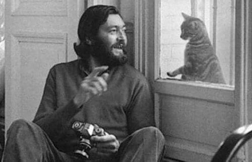 Cortázar ve bir kedinin fotoğrafı.