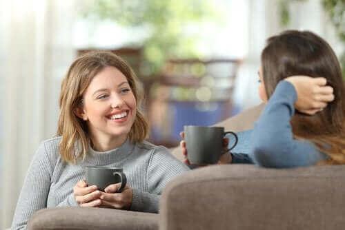 kahve eşliğinde konuşan kadınlar