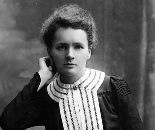 Genç bir Marie Curie poz veriyor.