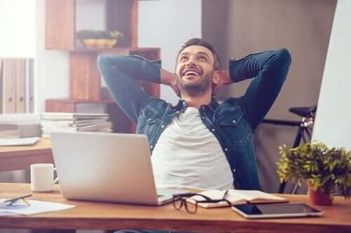 Çalışan, mutlu bir adamın fotoğrafı.
