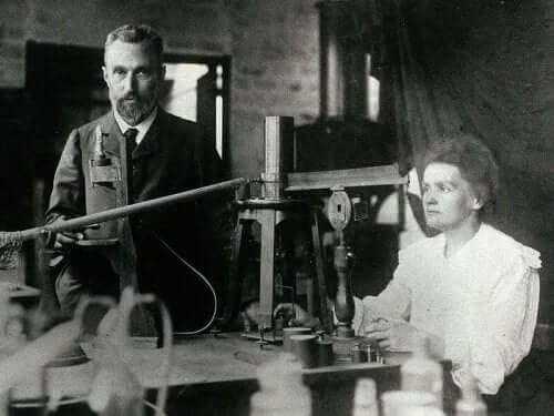 Pierre Curie ve Marie Curie laboratuvarlarında poz veriyor.
