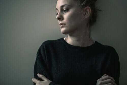 Üzgün bir kadının fotoğrafı.