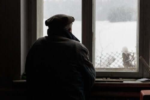 Alzheimer'ı olan yaşlı bir adam pencereden denize bakıyor.