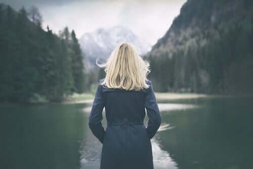 Arkası dönük kadın göle bakıyor