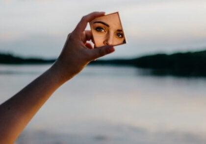 yüksek öz güven ve aynada kendine bakan kadın