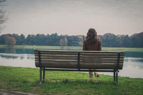 Bankta tek başına oturan bir kadın