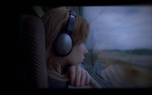 Bir Konuşabilse filminden bir kare: camdan dışarıya bakan bir kadın.