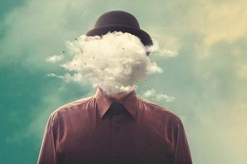 Yüzü önündeki bulutlardan dolayı görünmeyen bir insan.