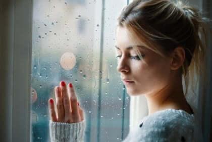 cama elini dayamış kadın