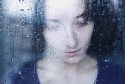 camın önünde üzgün kadın