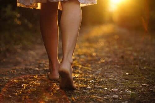 Dışarıda çıplak ayak yürüyen bir kadın.