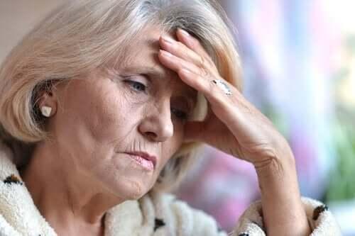 Depresyondaki yaşlı bir kadın.