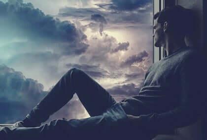 fırtınaya bakan yalnız adam