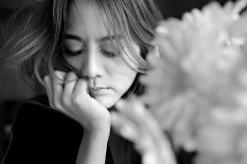 Geçmişi düşünen üzgün bir kadın