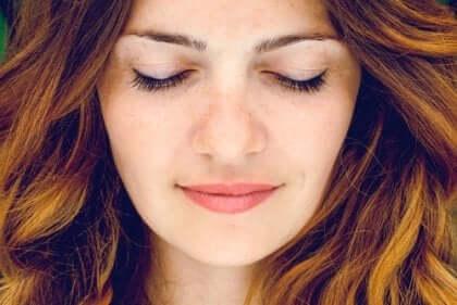 gözleri kapalı gülümseyen kadın