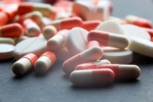 Farklı ilaçlardan oluşan bir yığın.