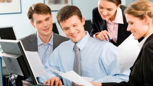iş yerinde kağıda bakan mutlu insanlar
