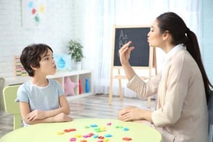 çocukla çalışan konuşma terapisti